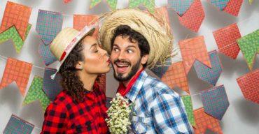 Mulher beijando rosto de homem para organizar festa julina