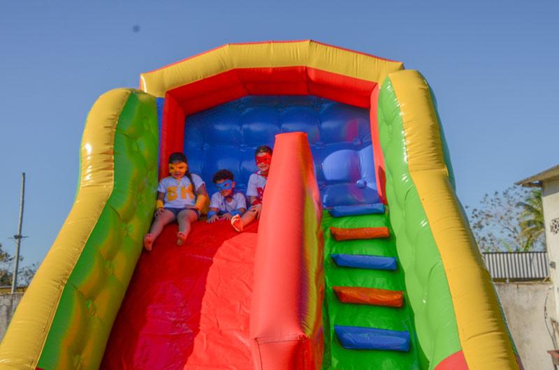 Crianças em brinquedo inflável