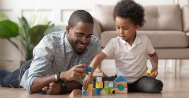 Pai brinca com filho e sabe como divertir as crianças em casa