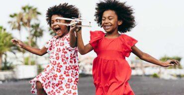 Duas crianças se divertindo com brincadeiras de infância