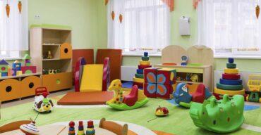 sala colorida com diversos brinquedos espalhados pelo chão exemplificando uma brinquedoteca na igreja