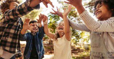 Crianças felizes sabem como brincar durante as férias
