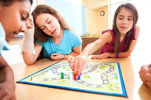 3 crianças jogando com brincadeiras que estimulam o cérebro