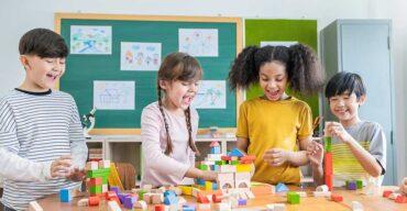 quatro crianças na sala de aula usando brincadeiras que estimulam o cérebro